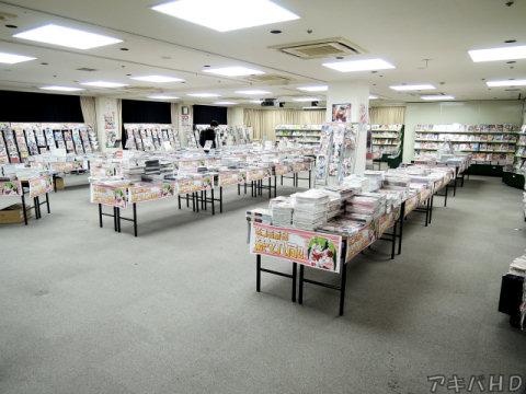 フロア内は一般向け・成年向けは机で分けられていた壁にも棚で同人誌を陳列